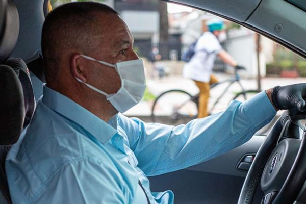 Taxistas refuerzan la bioseguridad a bordo
