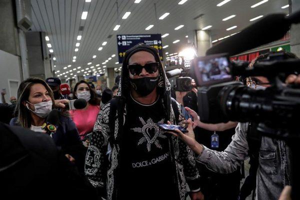 Ronaldinho llega a Río de Janeiro tras pasar seis meses detenido en Asunción